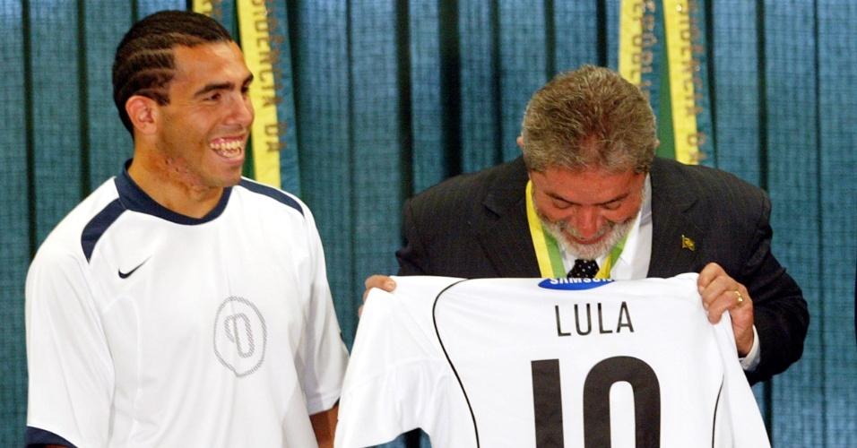 Carlitos Tevez entrega camisa do Corinthians, campeão brasileiro de 2005, ao então presidente Lula