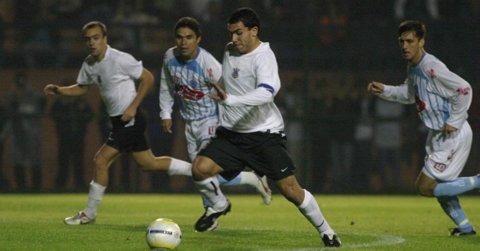 Carlitos Tevez, estrela do Corinthians campeão brasileiro em 2005, carrega a bola em jogo contra o Paysandu