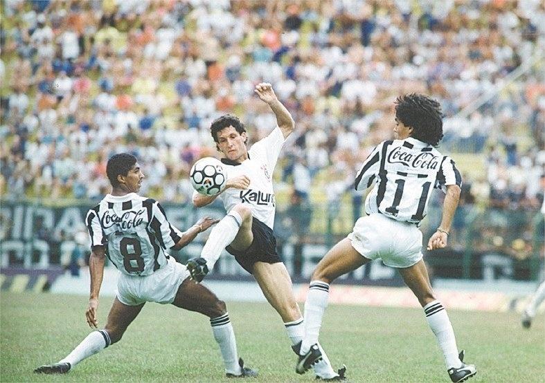 Márcio, volante do Corinthians, disputa a bola com os santistas Axel e Sergio Manoel em jogo do Brasileirão de 1990