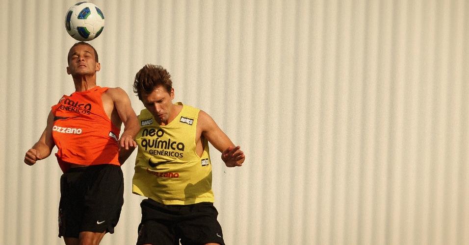 Morais e Paulo André disputam a bola de cabeça durante treino do Corinthians