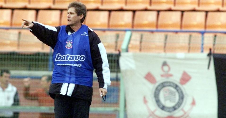 Oswaldo de Oliveira, então técnico do Corinthians, comanda o time que viria a ser campeão brasileiro de 1998
