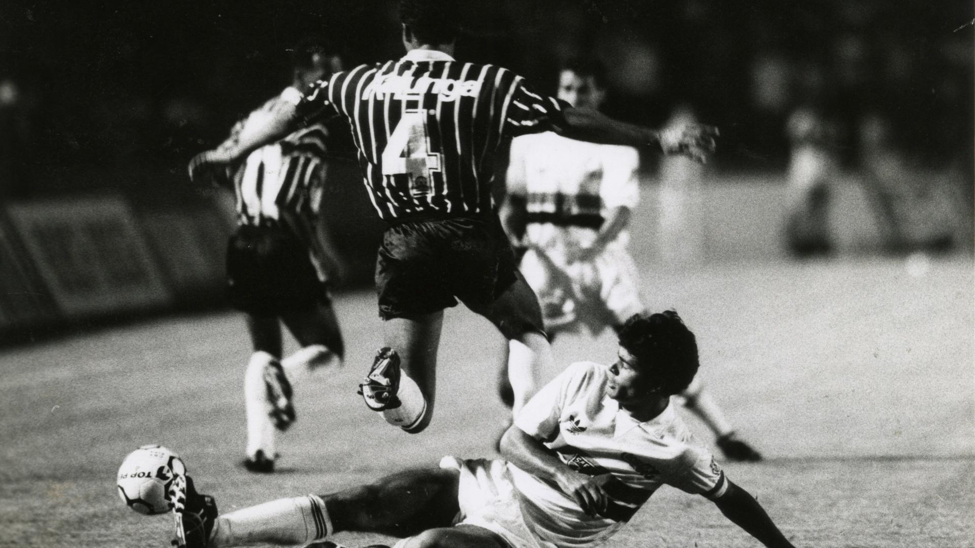 Raí, meia do São Paulo, tenta tomar a bola de um jogador do Corinthians na final do Campeonato Brasileiro de 1990