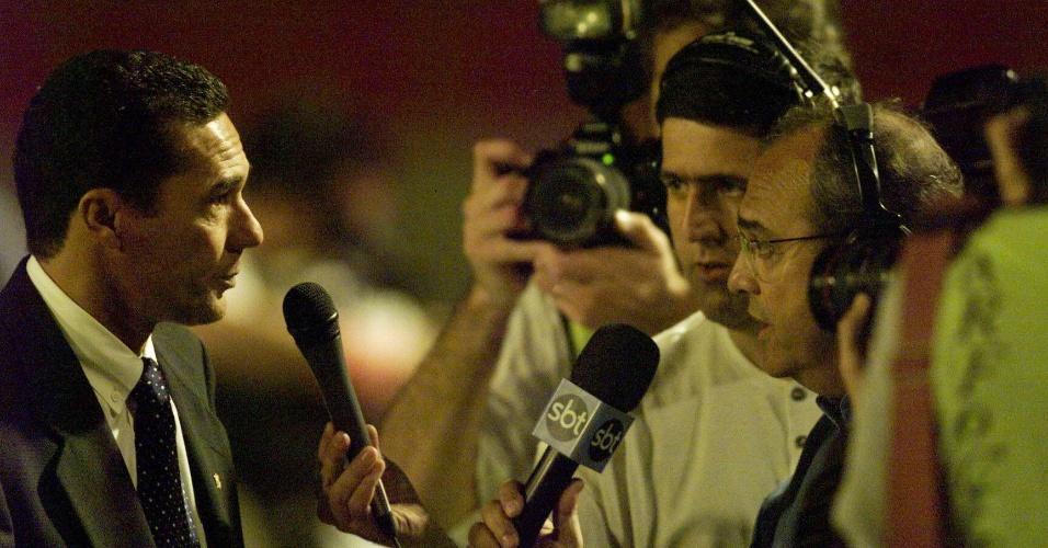 Vanderlei Luxemburgo, técnico do Corinthians campeão brasileiro de 1998, concede entrevistas a repórteres