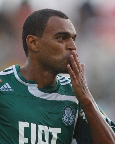 Denílson comemora gol marcado pelo Palmeiras contra o Bragantino em 2008