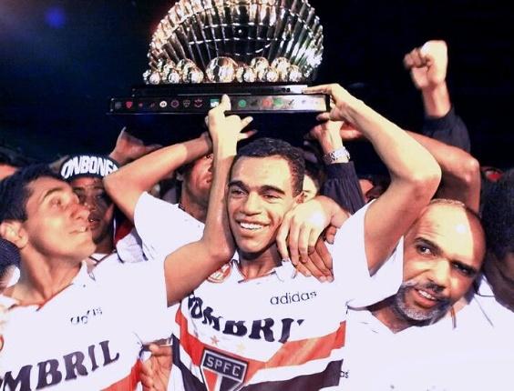 Denílson ergue o troféu de campeão paulista pelo São Paulo em 1998