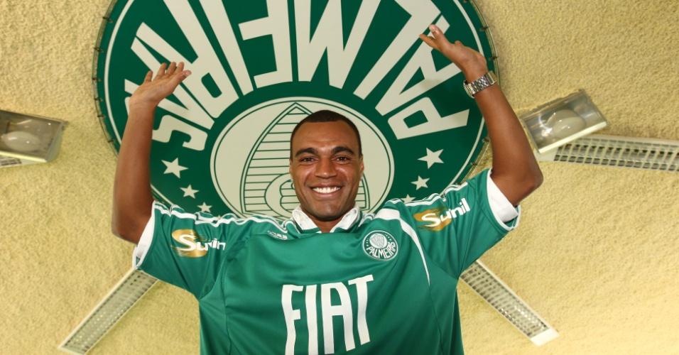 Denílson faz pose em sua apresentação no Palmeiras, em 2008
