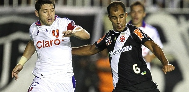 Felipe tenta a finalização na partida diante da Universidad de Chile