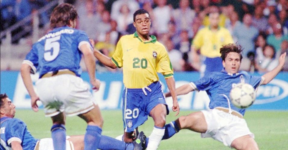 O jovem Denílson em ação pela seleção brasileira em torneio amistoso contra a Itália em 1997