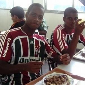 Dedé almoça com um companheiro na concentração durante sua passagem pelo Fluminense
