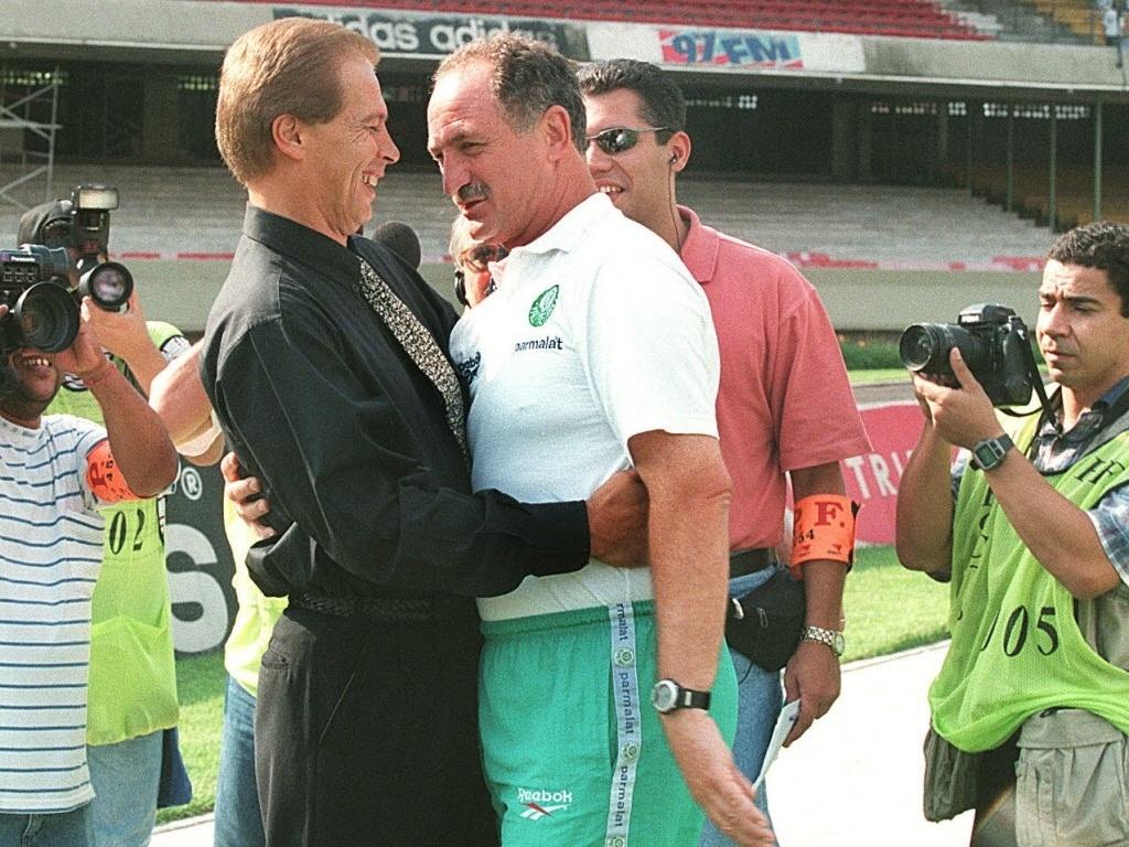 Técnicos Emerson Leão, na época no Atlético-MG, e Luiz Felipe Scolari, do Palmeiras, se abraçam antes do jogo no estádio do Morumbi pelo Campeonato Brasileiro de 1997