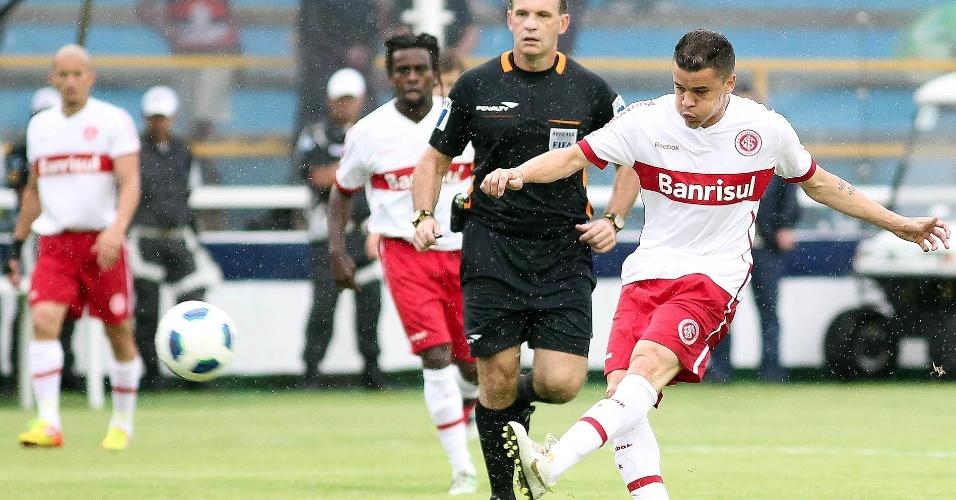D'Alessandro tenta passe durante jogo Flamengo e Inter, em Macaé (27/11/11)