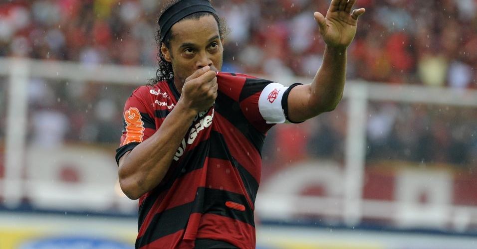 Ronaldingo Gaúcho beija o escudo do Flamengo na vitória sobre o Internacional