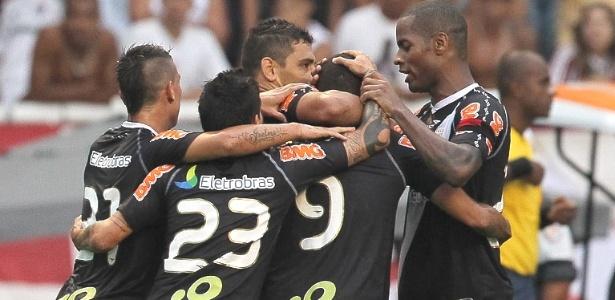Jogadores do Vasco comemoram o gol de Alecsandro contra o Fluminense