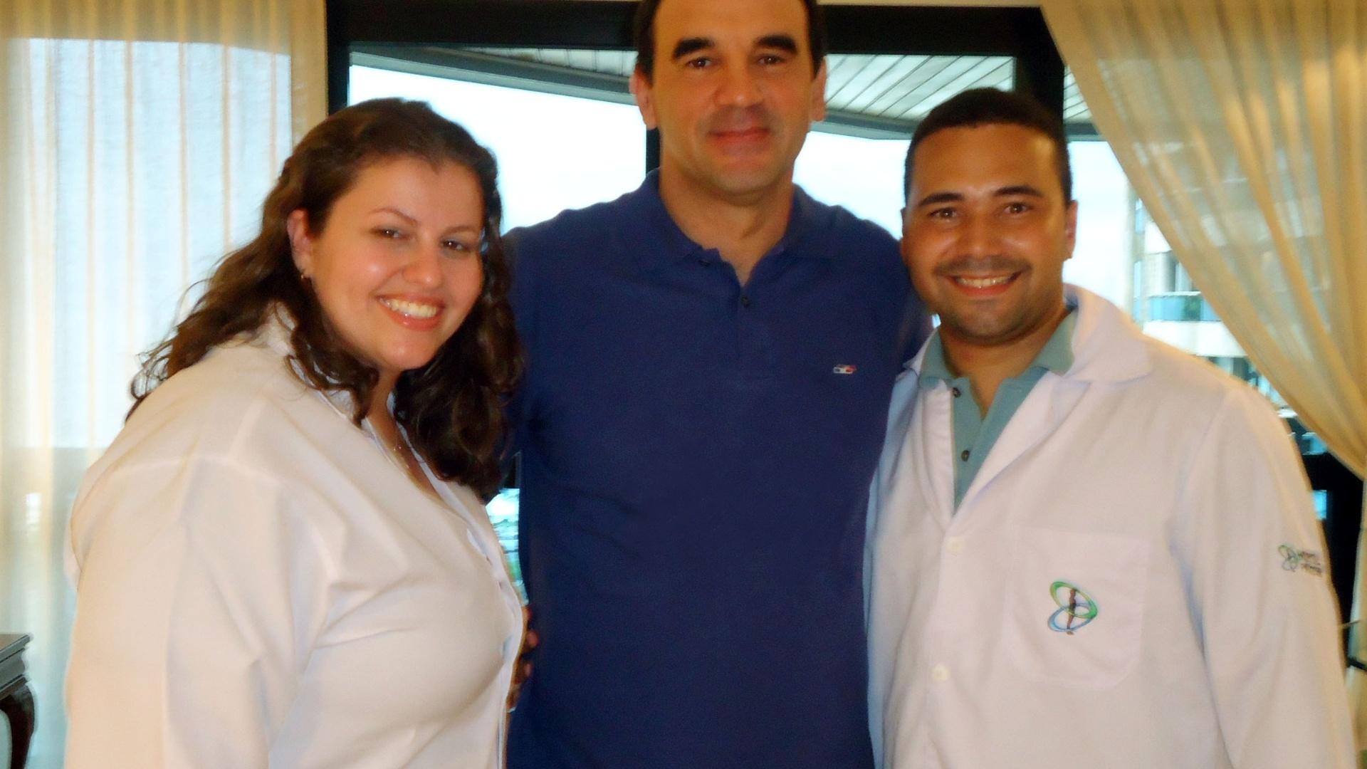 Ricardo Gomes posa ao lado da equipe de fisioterapia do Hospital Pasteur, no Rio