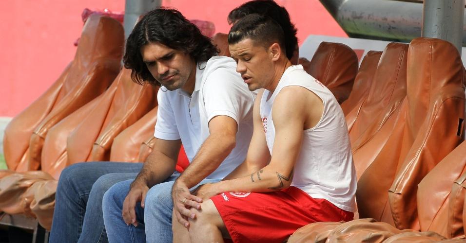 Diretor técnico do Inter, Fernandão, e o meia D'Alessandro com lesão na panturrilha durante treino (30/11/2011)