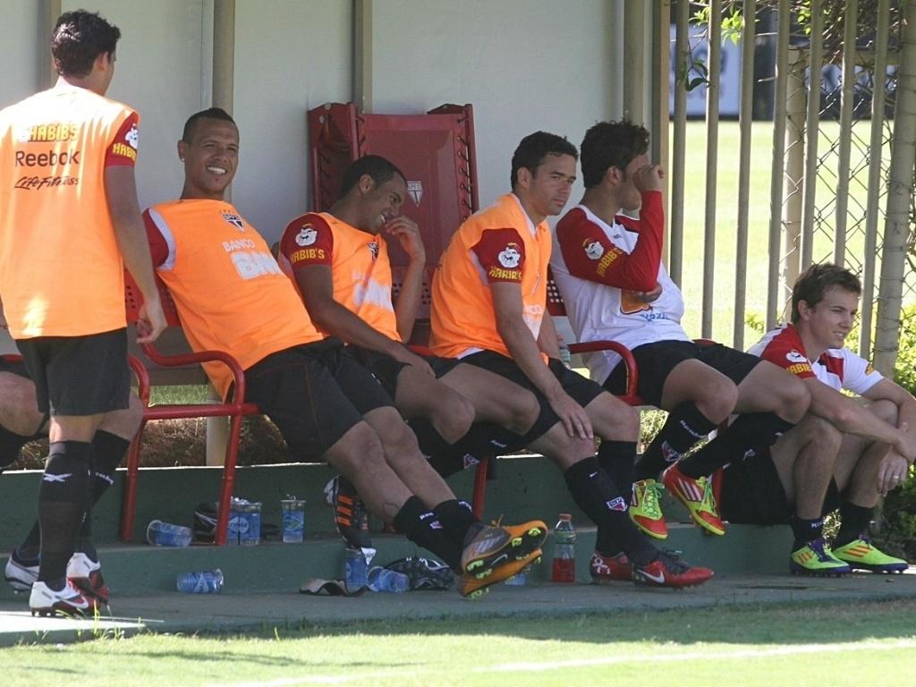 Jogadores do São Paulo descansam durante treino do São Paulo no CT da Barra Funda (30/11/11)