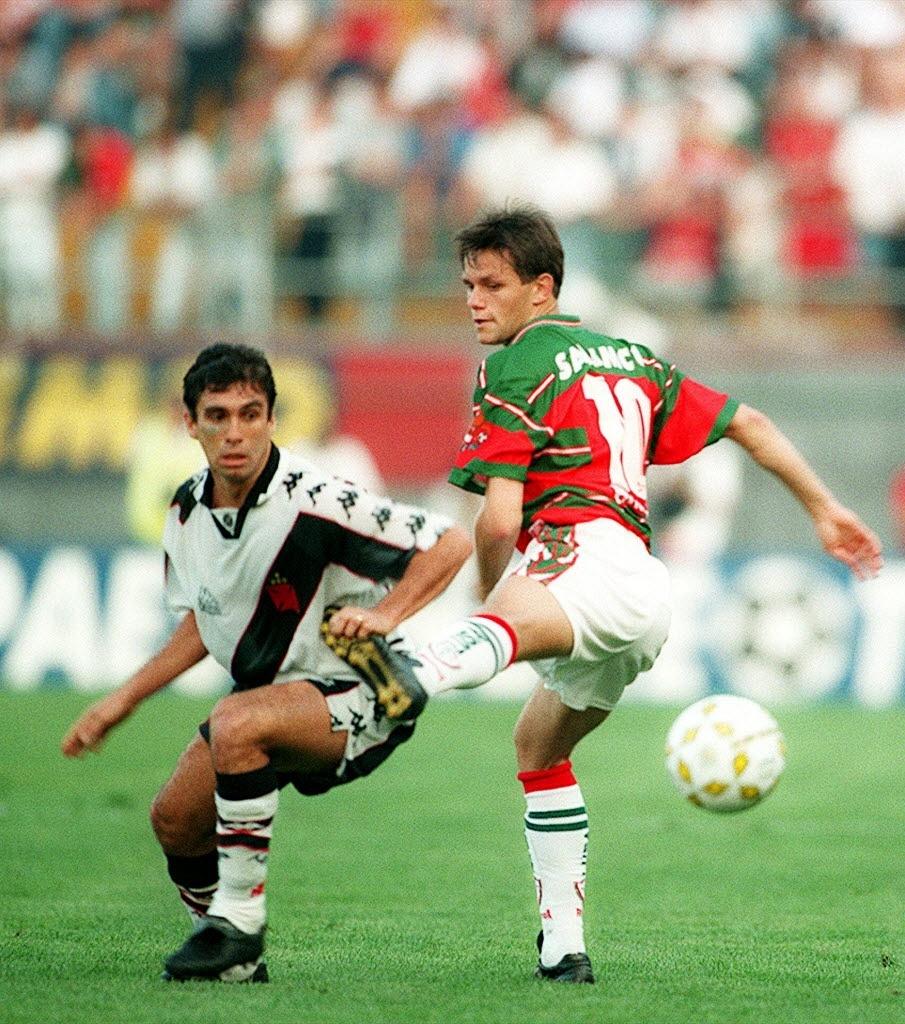 Luizinho, do Vasco, disputa bola com o meia Rodrigo Fabri
