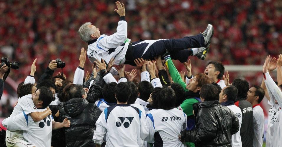 Nelsinho Baptista é festejado pelos jogadores do Kashiwa Reysol após a conquista do título japonês (03/12/2011)