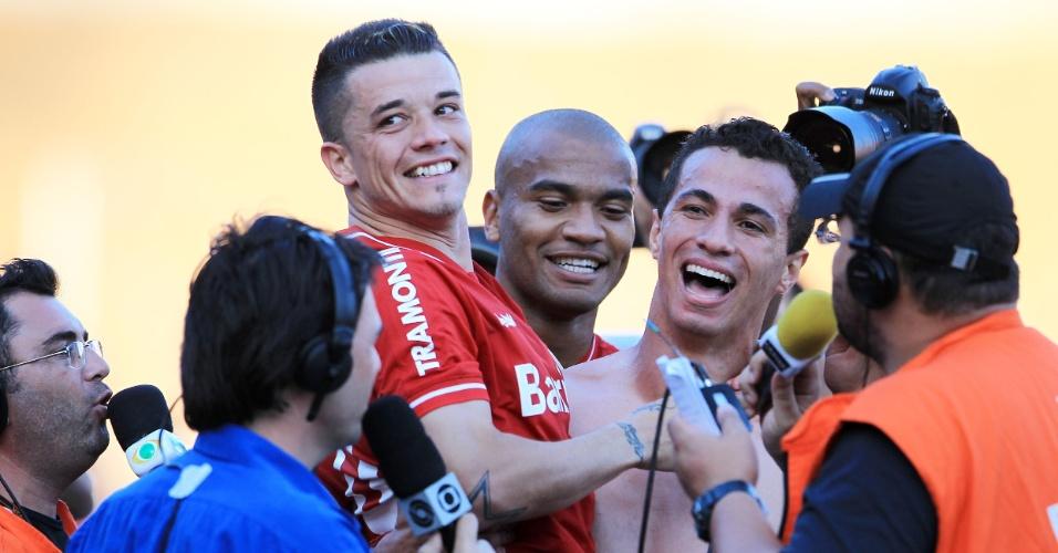 D'Alessandro, Rodrigo Moledo (c) e Leandro Damião do Inter comemoram vaga na Libertadores (04/12/2011)