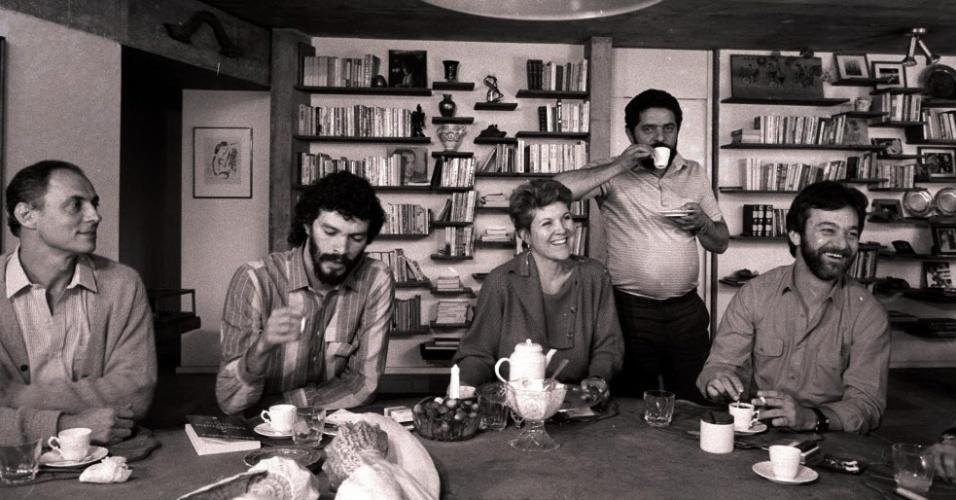 Em 1985, Sócrates posa ao lado de Eduardo Suplicy, Marta Suplicy e Adílson Monteiro Alves na casa do então candidato a prefeito de São Paulo Luis Inácio Lula da Silva