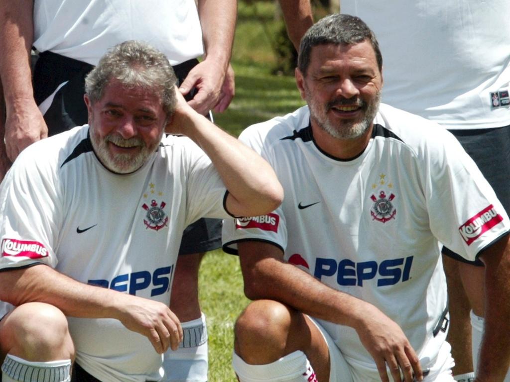 Ex-presidente Lula e ex-jogador Sócrates posam juntos durante amistoso na Granja do Torto (12/03/2005)