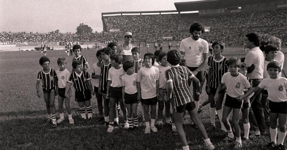 Jogando pelo Corinthians, Sócrates é cercado por crianças no estádio do Canindé