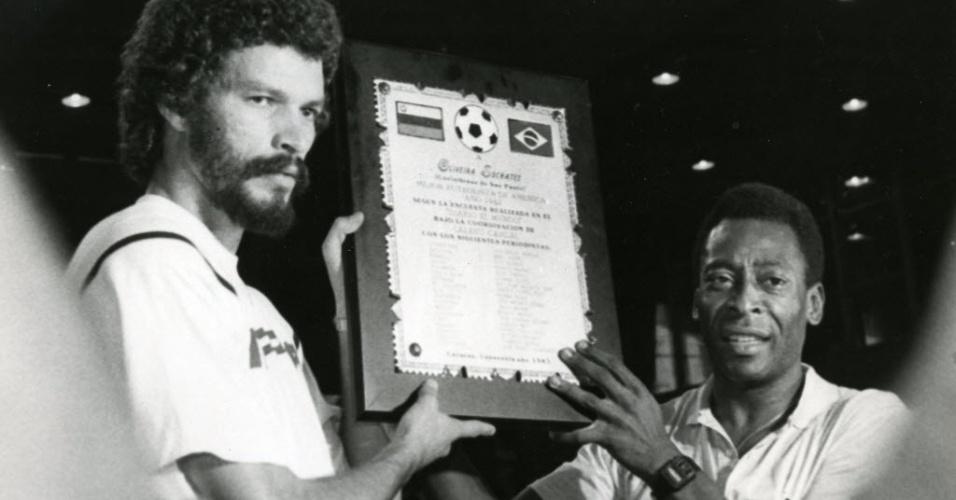 Sócrates, ao lado de Pelé, é homenageado como melhor jogador das Américas em 1983, título conferido pelo jornal