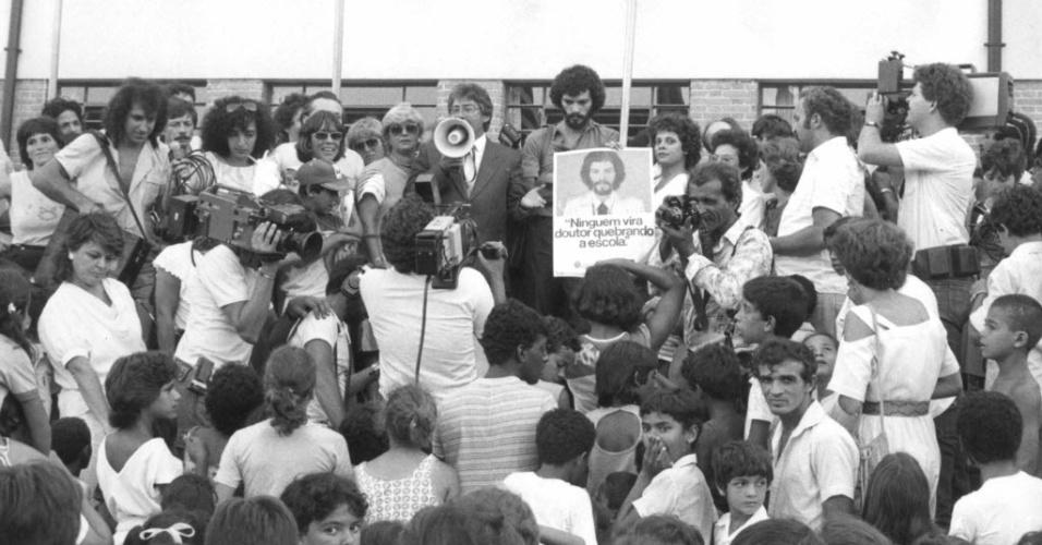 Sócrates ao lado do ex-prefeito de São Paulo, Mario Covas, lança campanha contra a depredação nas escolas