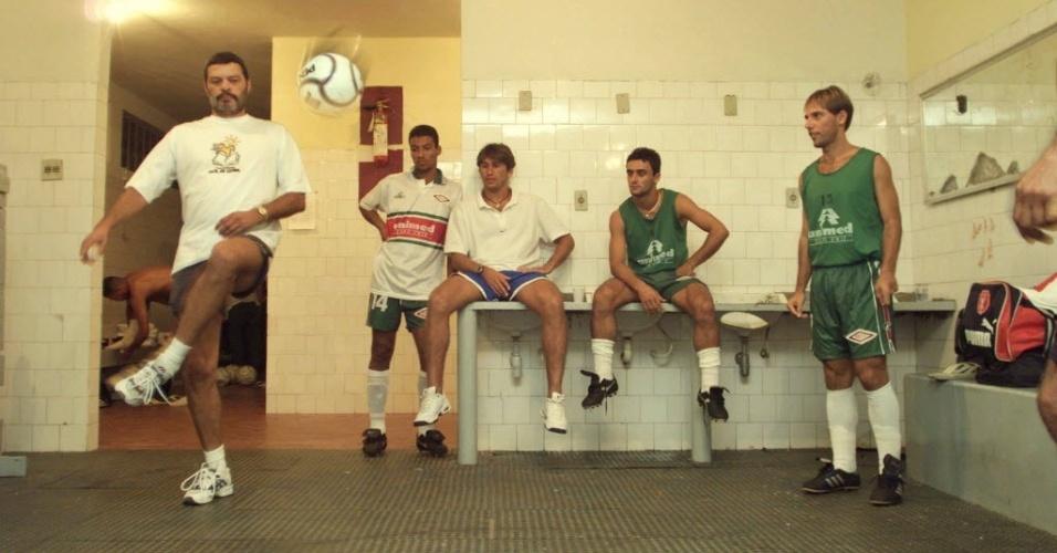Sócrates bate bola no vestiário do Cabo Frio, clube que atuou como técnico em 1999