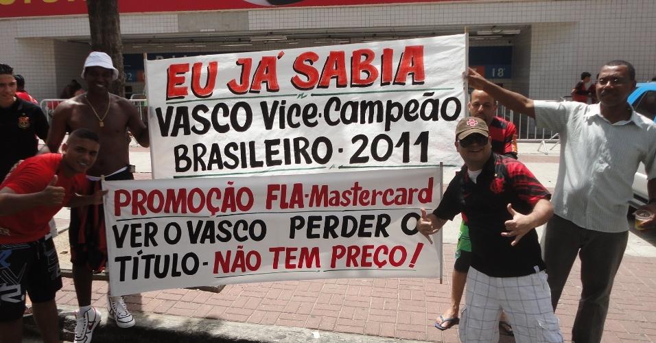 Torcedores do Flamengo levam ao Engenhão faixas secando o Vasco