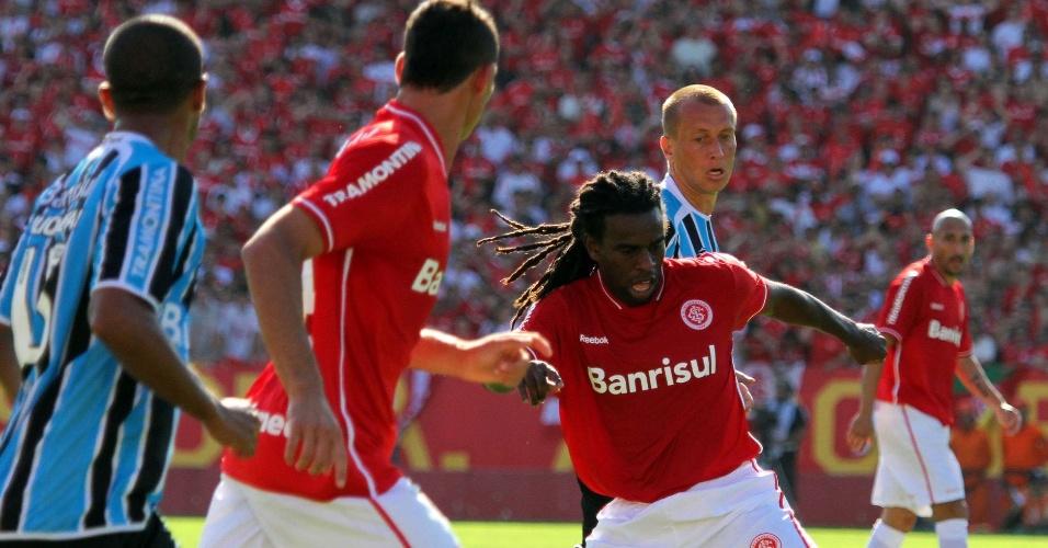 Volante Tinga do Inter no Gre-Nal do estádio Beira-Rio pelo Brasileiro (04/12/2011)