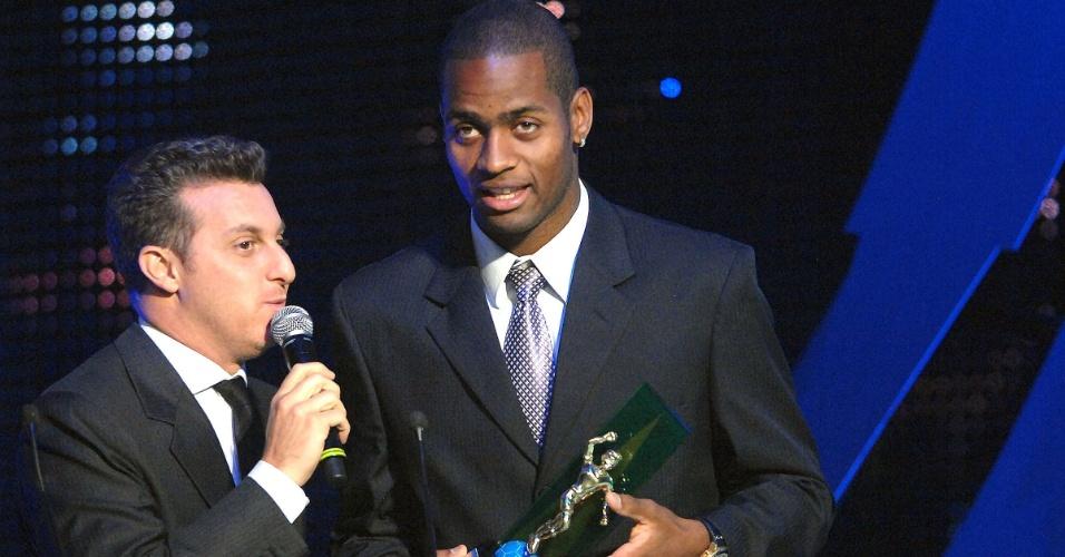 Dedé recebe o prêmio de melhor do Brasileirão das mãos de Luciano Huck