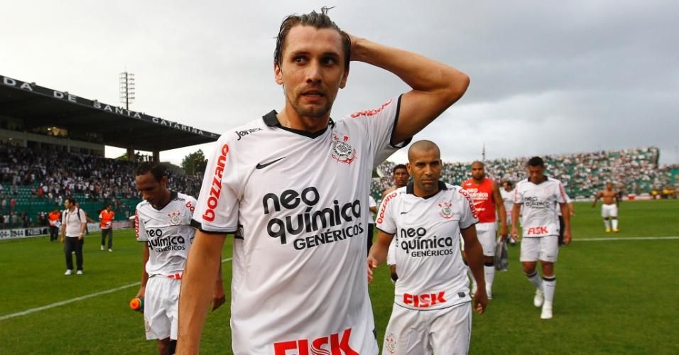 Paulo André, zagueiro do Corinthians, deixa o gramado após a vitória sobre o Figueirense