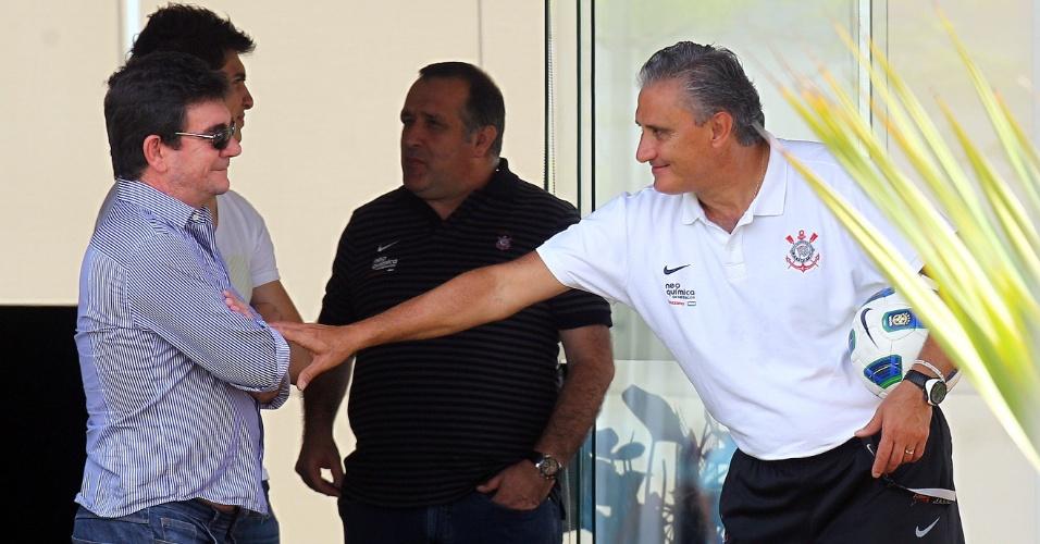 Andrés Sanchez (e) conversa com o técnico Tite no CT do Corinthians (26/11/2011)