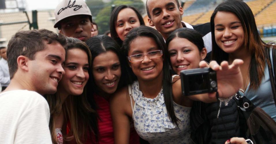 Atacante Marta posa para fotos com fãs em frente ao estádio Pacaembu (06/12/11)