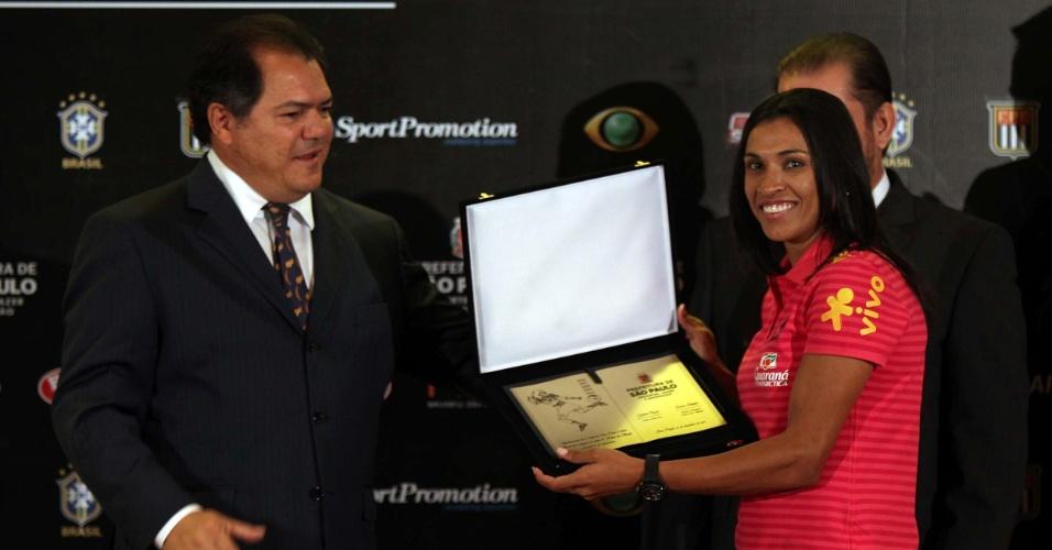 Marta recebe placa como homenagem por ter sido eleita melhor jogadora do mundo por cinco vezes