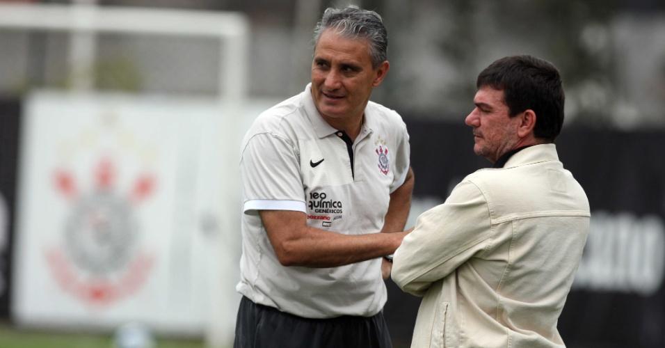 Tite (e) conversa com Andrés Sanchez no CT do Corinthians (01/11/2010)