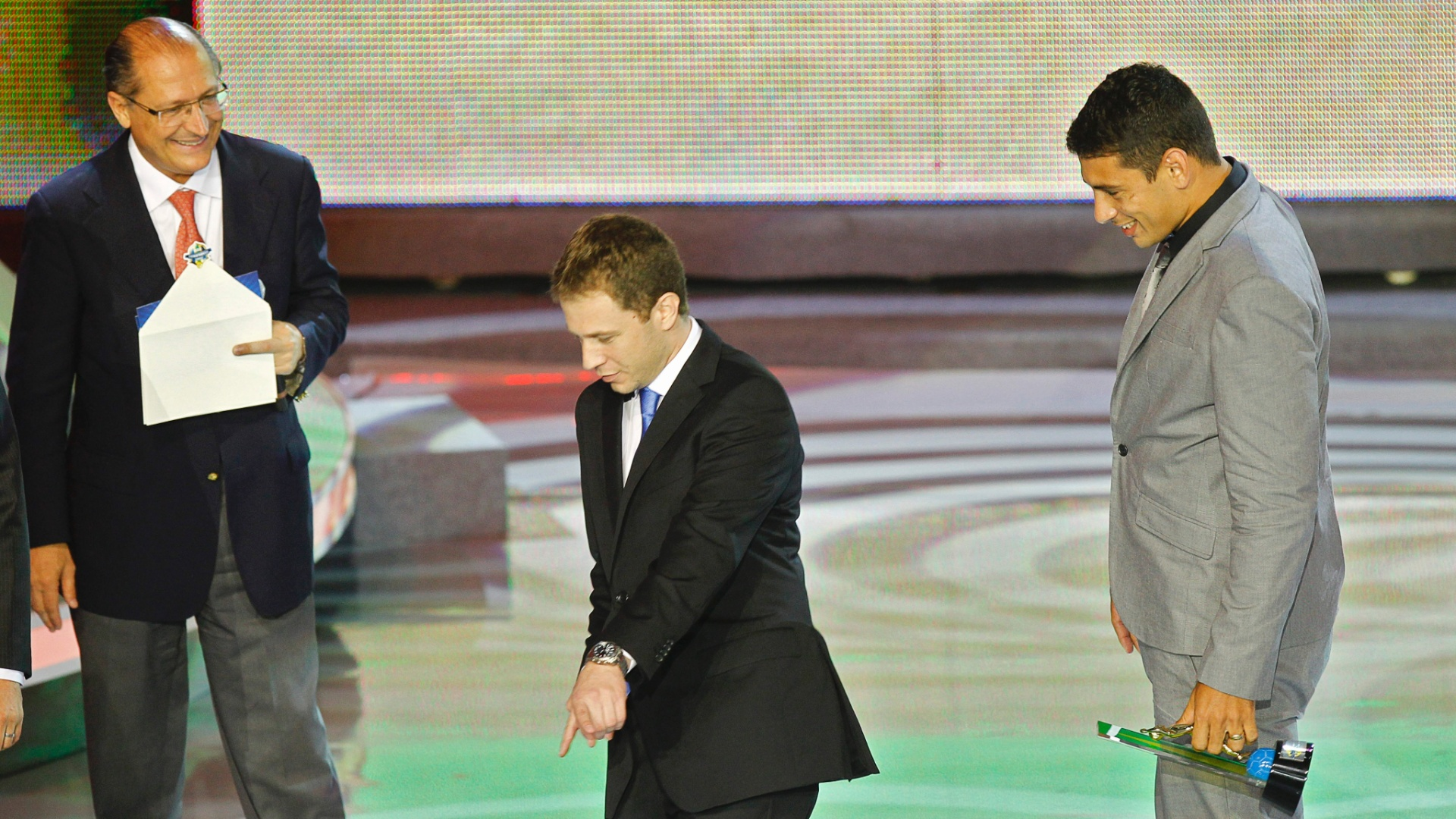 Tiago Leifert imita comemoração de Diego Souza durante entrega do Prêmio do Brasileirão 2011