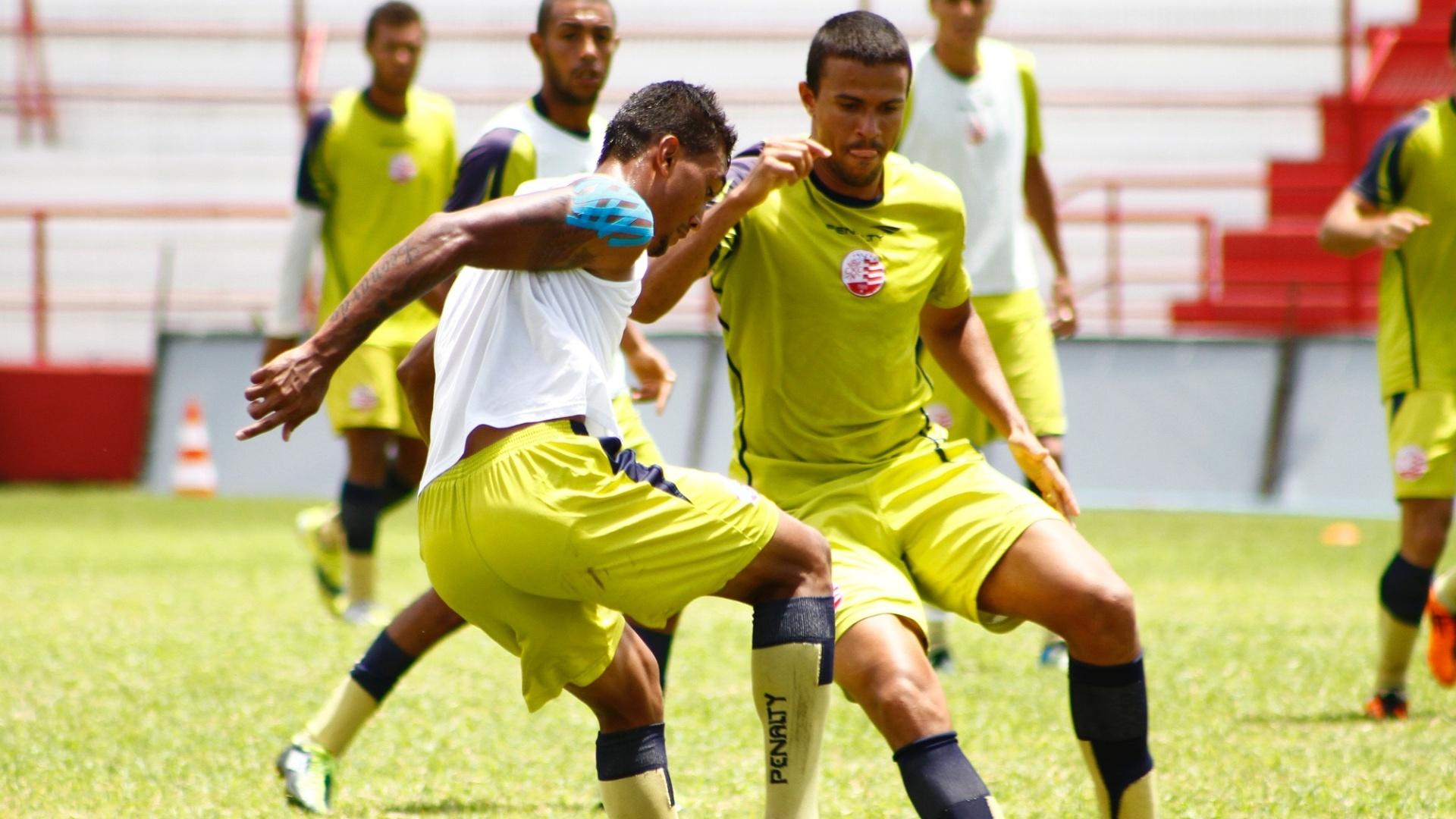 Marlon tenta roubar a bola de Kieza durante treino do Náutico