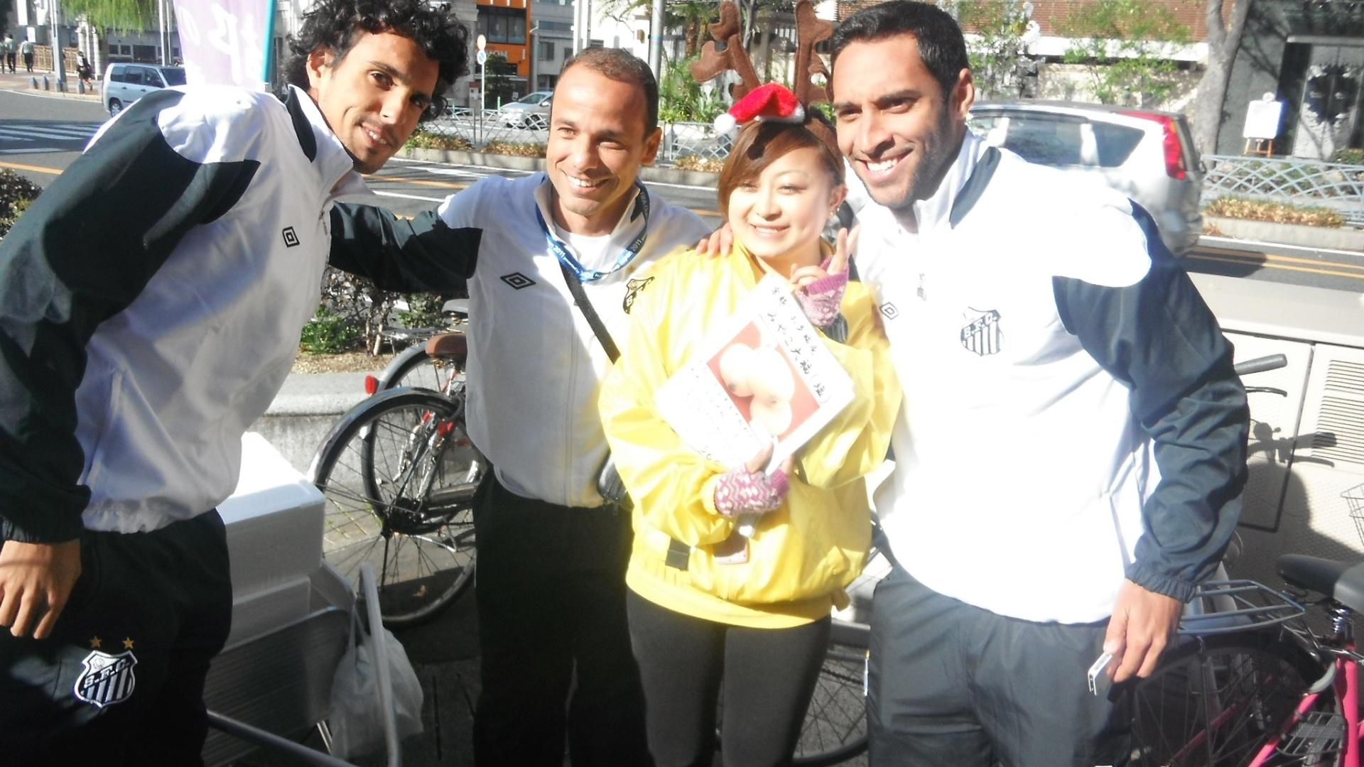 Diogo, Léo e Ibson posam para foto com uma vendedora ambulante em Nagoya (09/12/2011)