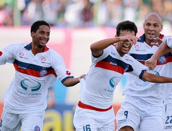 Ávine, Camacho e Souza comemoram gol do Bahia diante do Ceará (04/12/2011)