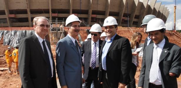 Ministro Aldo Rebelo (2º da esq. para dir.) visitou as obras do Mineirão nesta segunda-feira