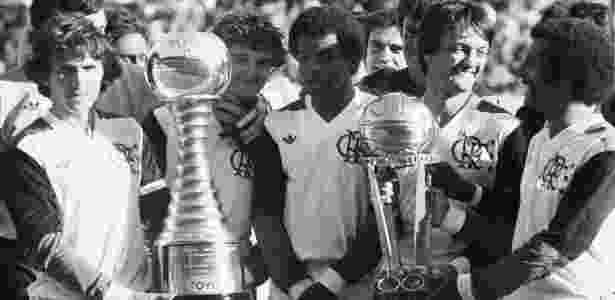 Zico, Júnior e demais jogadores do Fla comemoram título mundial sobre o Liverpool - Agência O Globo