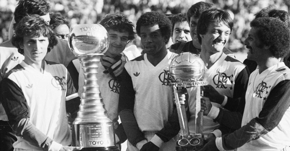Zico, Júnior e demais jogadores do Flamengo comemoram título mundial sobre o Liverpool