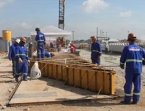 Operários do Itaquerão instalam vigas de sustentação das arquibancadas inferiores