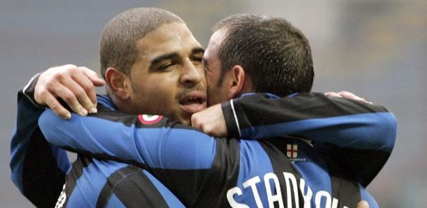Adriano é abraçado em gol da Inter de Milão, em 2007