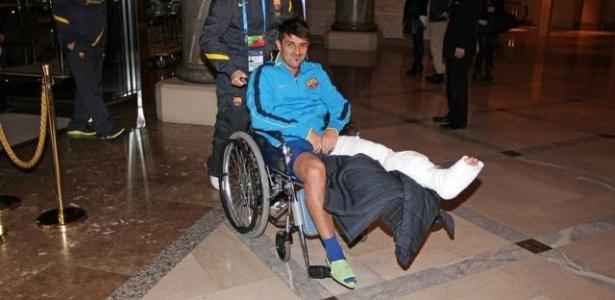 David Villa deixa o hotel do Barcelona no Japão com a perna engessada depois de fraturar a tíbia (15/12/2012)