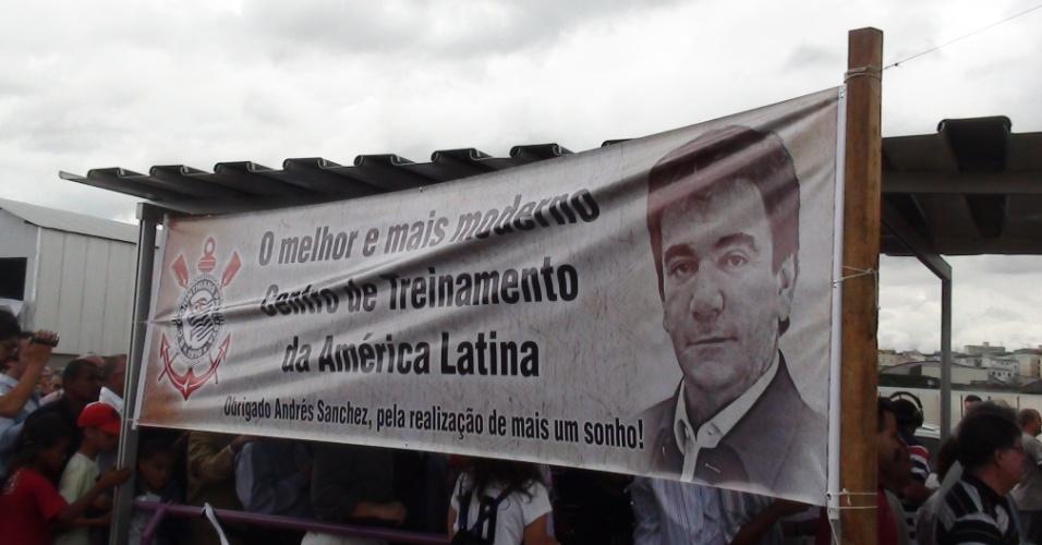 Torcedores estendem faixa com mensagem de agradecimento ao presidente Andrés Sanchez