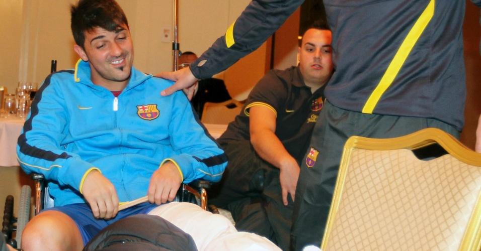 Engessado, David Villa encontra o técnico Pep Guardiola no hotel onde o Barcelona está hospedado em Yokohama (15/12/2011)