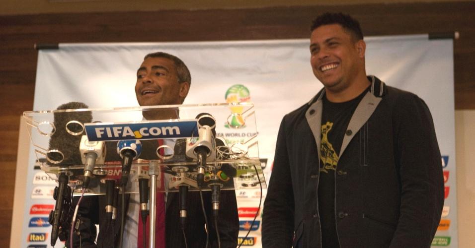Romário e Ronaldo sorriem durante encontro no Comitê Organizador Local da Copa-2014 (16/12/2011)